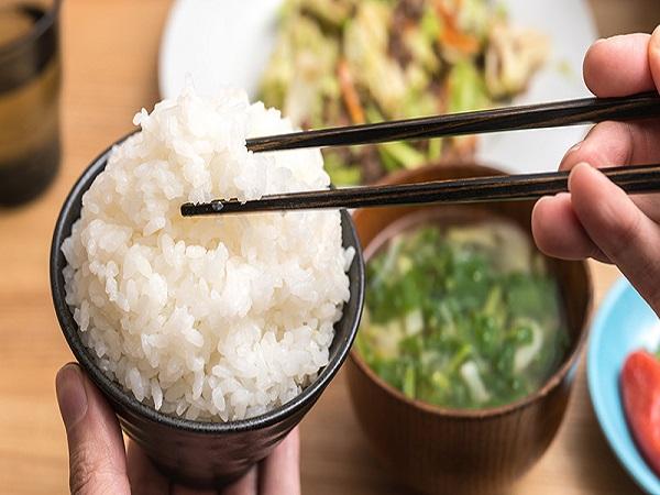 Mơ thấy ăn cơm là điềm báo gì, đánh con số nào may mắn?