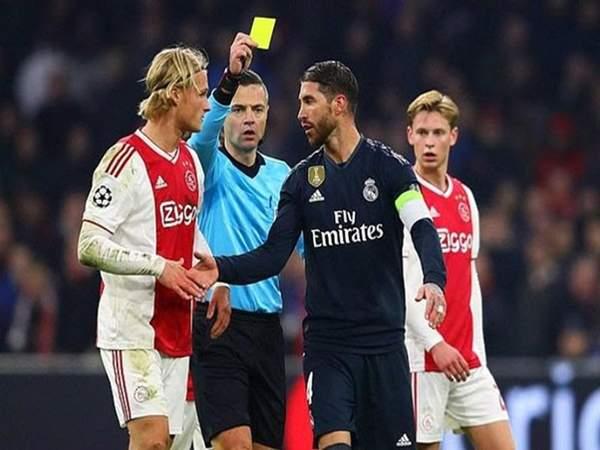 Tẩy thẻ trong bóng đá là gì?